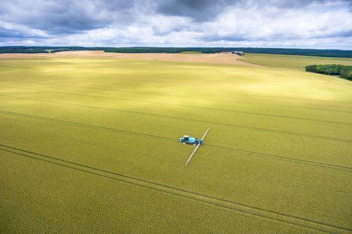 農業国、フランスの会社の製品のようですが、そのWEBページで見つけた写真です。海のような圃場を帆走しているような素晴らしい写真。こんな圃場だったら巨大スプレーヤーも欲しくなりますよね。32mの散布幅があっても気が遠くなりそうな広さです。一回海に出たらしばらく帰ってこられない感じです。
