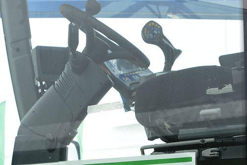 これはそのプライスカードの後ろ、運転席部分を拡大したものですが、操作するハンドル部分を見てください。ジョイスティックといいますか、ものすごい数のボタンが並んでいるように見えます。これはすごい!