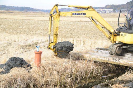 こちらは先日始まった、農業を支える共用設備の基本的な維持管理である排水路の泥上げの様子です。
