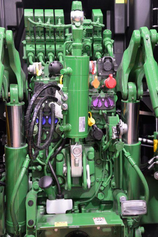 JOHN DEERE 8370RT シリンダーと配管の並ぶ後ろまわり。各種ジョイントのキャップがカラフルでいい感じです。