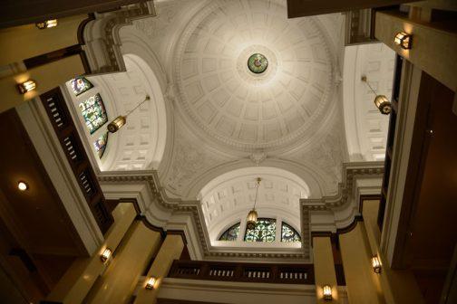 このたてものは天井が吹き抜けで凄く高く・・・