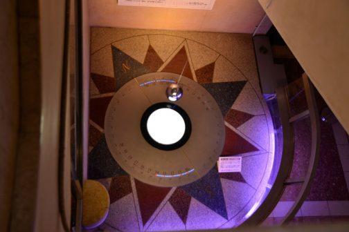 それで、日本館の高い吹き抜けの階段室を利用して、フーコの振り子の展示があります。これは子供の頃見た記憶があります。