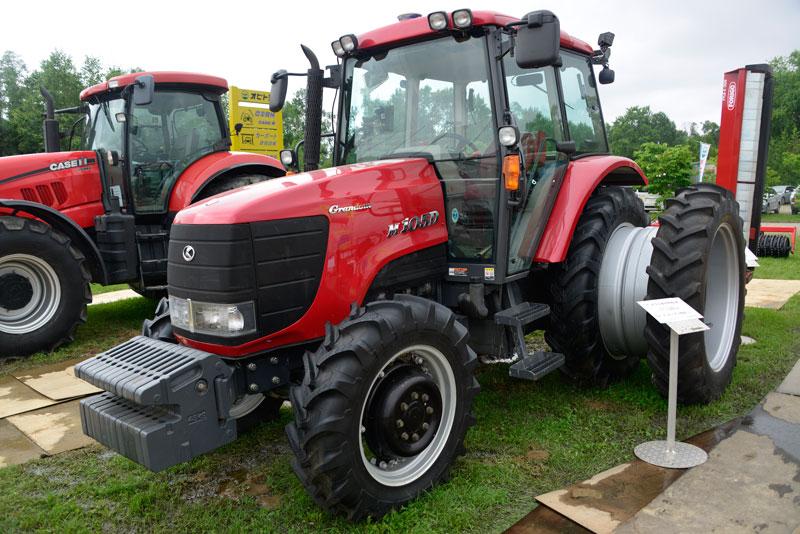 クボタM105Dは農研機構の安全鑑定では2005年、エンジンは取説によると、クボタV3800-T1、水冷4サイクル4気筒ディーゼル、3769cc105馬力/2600rpmとなっています。