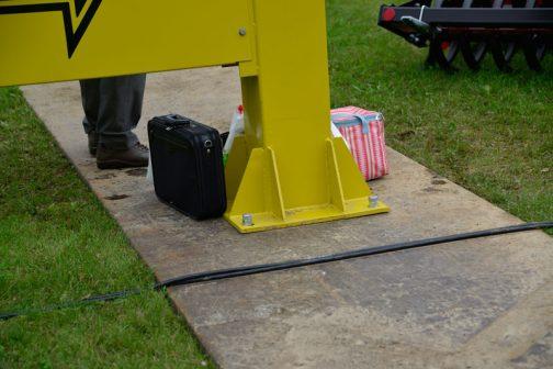 長ーーーーーい鉄板を地面に敷いてボルト締めです。もう少し太いボルトを使ったほうが・・・