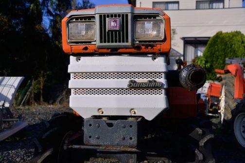 クボタサンシャインJr.B1402DTの全農仕様、ZB1402-Mです。 この顔だと、1977年安全鑑定のL型末尾02の初代サンシャインが丸目なイメージでしたが、翌年の1978年登録であるサンシャインJr.の流れを汲む角目です。