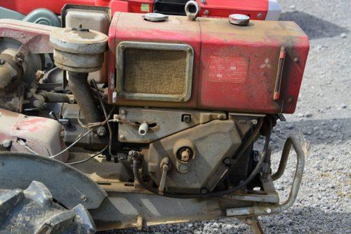 三菱耕耘機CT83 中央の丸い軸にハンドルを刺して手動で回し、エンジンを掛けるのだそうです。