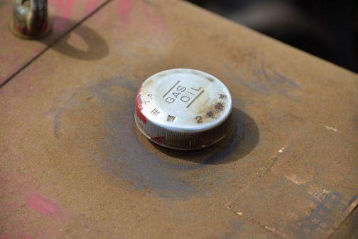 三菱耕耘機CT83 超渋い燃料タンクキャップ。部品が兼用なのか、農用ディーゼル軽油 GAS OIL 2号軽油、とどっちだかわからないような表記がされています。