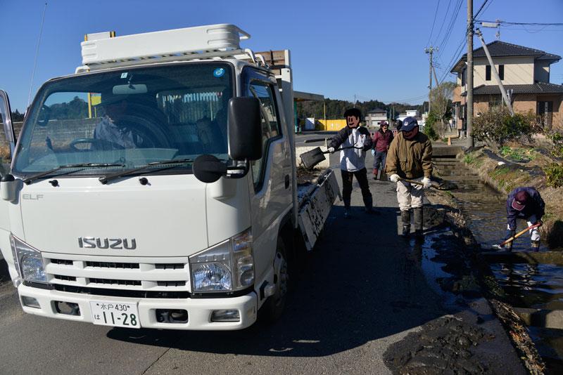 あげた泥はトラックの荷台に半分ほどになりました。