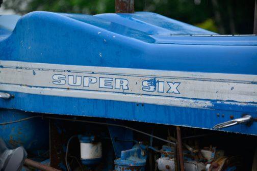 County 1124 Super Six タイヤに隠れてボディが見えず、寂しいからエンジンフードはこんな造形にしたのではないでしょうか?ふくらんだこの下に何か入っている・・・というわけではないと思うんです。