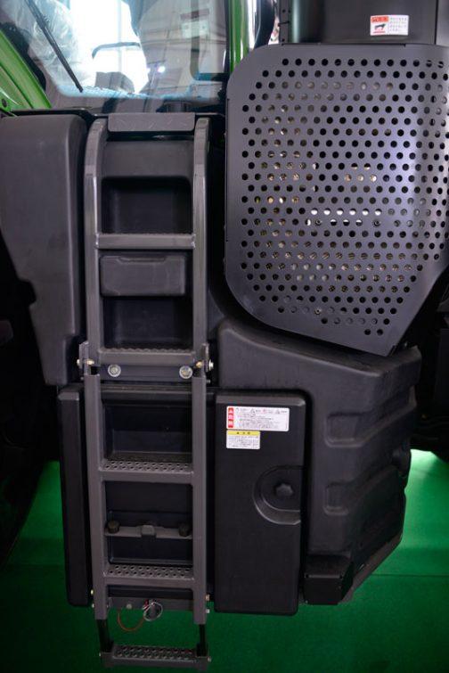 タラップはなんと五段!右下のボックスからはバッテリーにアクセスできるようです。