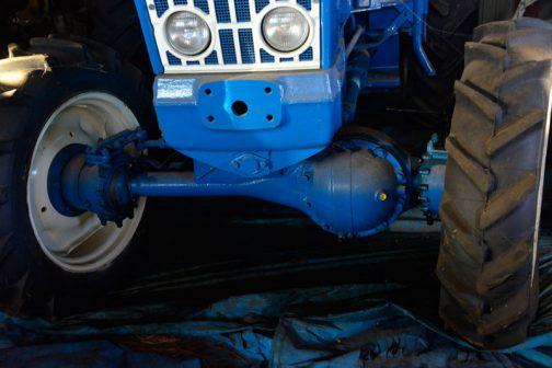 四輪駆動のFORD5000に戻ります。これがその駆動システム。巨大なデフが偏心して乗っています。