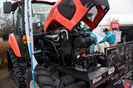 クボタ新型REXIA MR1000 大きくなったと感じた車体ですが、エンジンルームは機器類がぎっちり詰まっていて、狭そうです。
