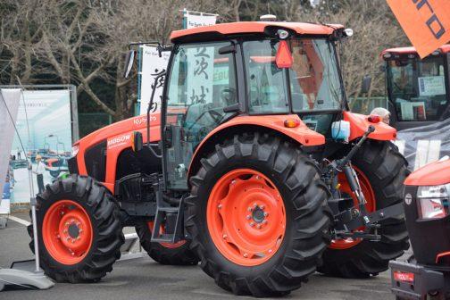 一般社団法人 日本農業機械化協会というところが出している、農業機械化ニュースに ワールドシリーズトラクタはM860W-SE(86馬力)、M1010W-SE(101馬力)の2型式と、M720W(72馬力)の1型式を順に発売。水田作業で求められる倍速ターンやモンロー(水平制御)等の機能を装備した、大規模稲作農家向けワールドシリーズトラクタを特別仕様として発売。 と書いてありました。
