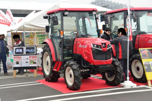 そしてこちらはマニュアル仕様のGM501XETAです。 希望小売価格は¥5,391,360 50馬力マニュアル仕様 低コストタイプ 基本装備はしっかり搭載 大型特殊免許とあります。
