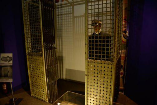 そしてなんと凌雲閣にはエレベーターまで設置されていたそうです。全く今と変わりませんね。 こちらは同じく展示されていた、日本で3番目のエレベーター。(凌雲閣のエレベーターは日本で最初のものだったそうです) オーチス社(イギリス)製で、キャプションには 本機は、1896(明治29)年に日本銀行本店(日本橋)と三菱三号館(丸の内)についで国内3番目に導入された最古級の乗用エレベーターであり、1901(明治34)年に関野貞博士の設計による日本生命保険本店(大阪市)に設置された。 とあります。また、中に乗っているのはエレベーターボーイのマネキンで、こちらもキャプションによると 1960年代に当館でオーチス製エレベーターを展示していた際のマネキン。その後、1985(昭和60)年に2号館(「理工館」。後の「たんけん館」)改装時にエレベーターごと閉鎖され、1994(平成6)年に「たんけん館」解体時に、エレベータとともに当時の研究者により救出された。 とあります。 エレベーターごと閉鎖って・・・どういう意味でしょう・・・もしかして建物に設置された状態で展示されていたのでしょうか???