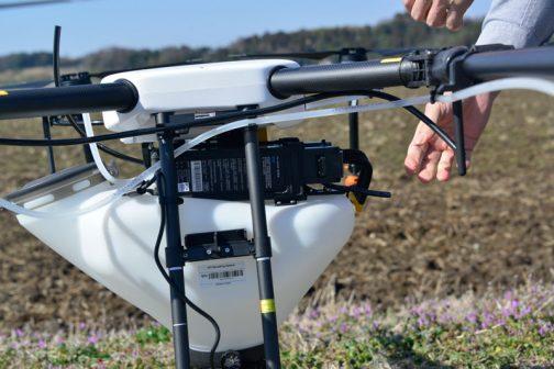 ヤンマーのドローン、MG-1,SA バッテリーにケーブルを繋いで機体のほうの準備は完了。後は衛星を捕まえ、自分がどこにいるか覚え込ませれば良いだけです。