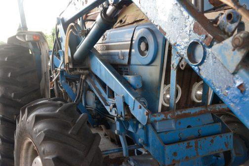 FORD7600です。FORD7600は、tractordata.comによると1975年〜1981年 4.2L4気筒ディーゼルで94馬力/2100rpmだそうです。