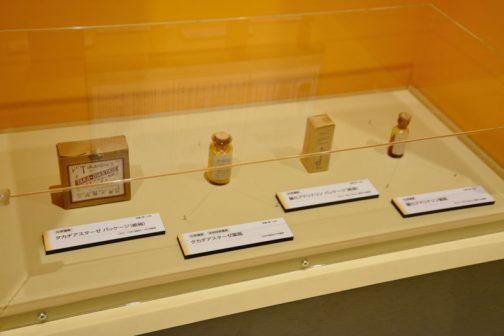 薬が並んでいます。 左から、化学遺産:タカジアスターゼ パッケージ(紙箱)1932〜1945(昭和7〜20) 化学遺産、未来技術遺産:タカジアスターゼ薬瓶 1909(明治42)年発売 化学遺産:鹽(えん)化アドレナリン パッケージ (紙箱)1913〜1922と書いてあるようですけど、良く読めません。 化学遺産:鹽(えん)化アドレナリン パッケージ (薬瓶)1913〜1922と書いてあるようですけど、良く読めません。