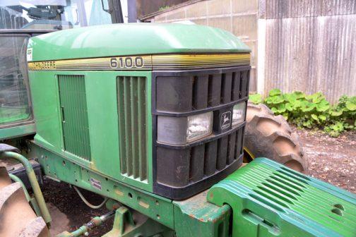 tractordata.comによればジョンディアトラクターJD6100は1992年 - 1997年製造、4気筒4サイクルディーゼル4.5リッター75馬力らしいです。