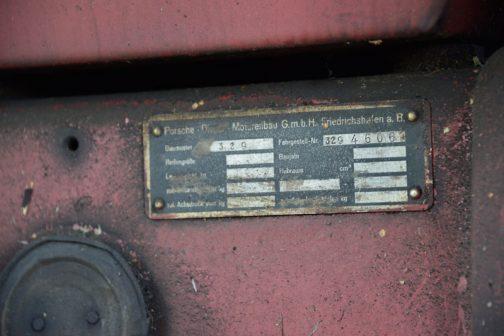 エンジンフードにはステキなオリジナルバッジが付いていましたが、エンジンに付いているのは型式が329と記されたポルシェオリジナルの銘板です。