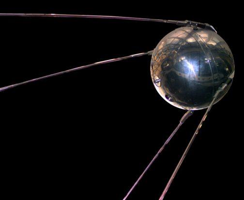 と、思ったら同じ年の生まれでした!Wikipediaによれば(写真もWikipediaより) スプートニク1号(スプートニク1ごう、露: Спутник-1)は、ソビエト連邦が1957年10月4日に打ち上げた世界初の人工衛星である。重量は 83.6kg。Спутникはロシア語で衛星を意味する。 コンスタンチン・ツィオルコフスキーの生誕100年と国際地球観測年に合わせて打ち上げられた。科学技術的に大きな成果となっただけでなく、スプートニク・ショックを引き起こし、米ソの宇宙開発競争が開始されるなど、冷戦期の政治状況にも影響を与えた。 とあります。