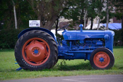 フォードソン・デキスタはtractordata.comによるとイギリスのダグナムというところで1958〜1961年の間作られ、ディーゼルであればパーキンス2.4L3気筒32馬力ということです。 資料として展示されているトラクターの場合、大抵はコンクリートの上に置かれているものですが、これは草の上に置いてあってとても健康的な感じがします。写真も映えますよね!屋外に置いてあるのにピッカピカです。もしかして毎日拭いているのかな?