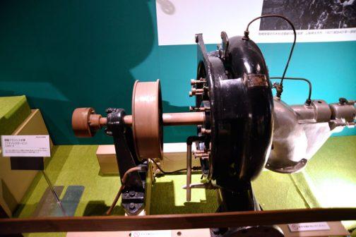 横軸フランシス水車(フランシスタービン) 1927(昭和2)年 日立製作所製 出力:7.5馬力、回転数:600rpm 小規模の水力発電用水車。大きさは異なるが、ほぼ同じ構造の水車が明治時代から現代まで、日本各地の水力発電所で稼働している とあります。