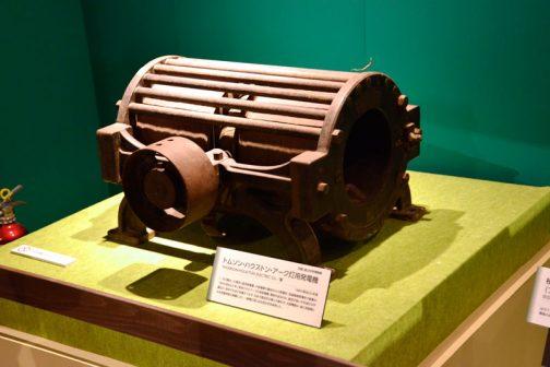まずは3章表題の画像にもなっている、トムソン・ハウストン・アーク灯用発電機から・・・ THOMSON-HOUSTON ELECTRIC CO./製 1889(明治22)年頃 1,200燭光、30灯用。直流発電機。大阪電灯の最初の火力発電所、西道頓堀発電所で創業の1889(明治22)年に使用されたアーク灯用発電機。電気を送るのは、直流が良いか交流のほうが優位か、欧米でも未だ決着がつかず、日本で直集式の導入が進行中、大阪電灯は、後に技術長となる岩垂邦彦の推薦により、一般電灯には交流方式を採用した。 とあります。
