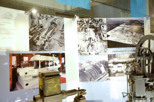 大きなタービン発電機は背後のパネルで展示されています。左は国産第一号陸用タービン製作当時の写真。 右は日本初の60万キロワット発電機、1969(昭和44)年頃の姉崎火力発電所の写真です。左中は姉崎火力発電所ローターすえつけ1969(昭和44)年運転開始の2号機と推定だそうです。