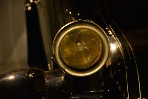 お約束のヘッドランプ。レンズカットはナシで、スッドsのガラスっぽいです。