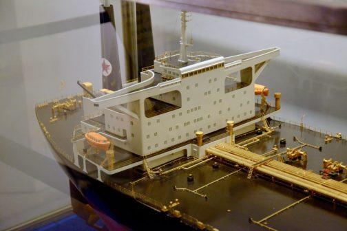 非常に細かい細工で手間がかかっています。 なぜこの船が取りあげられたかと考えるに、一旦戦争で造船の技術の進歩が止まり、敗戦を境に溶接技術とブロック建造法の発展によって世界最大のタンカーを作り上げるまでになったから・・・ということなのでしょうね。