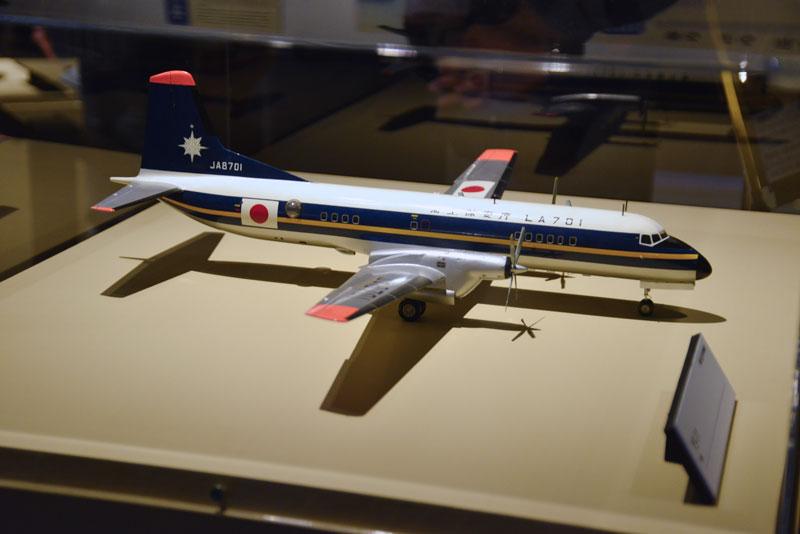 YS-11の模型 詳しいキャプションが読めませんが、海上保安庁 LA701と本体に書いてあります。日の丸のマークの前に丸い覗き窓が見えますね。 調べてみたら海上保安庁で「ブルーイレブン」と呼ばれている機体だとわかりました。