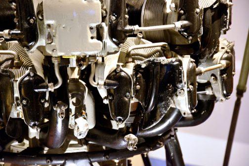 空冷星形エンジンの冷却フィンは薄く細かくて、「これでもか!」というくらい細部に立っていて美しいです。空冷トラクターがシンプルで整備性が良さそうなのに対してこちらは手を出すのがはばかられそうな感じ。