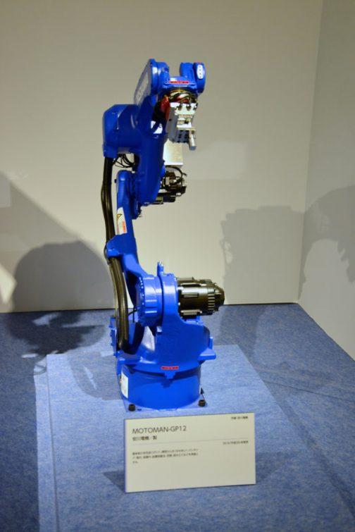 そしてこちらは現代の産業用ロボット。ちょっと軽そうな部分以外はあまり変わったところが見えませんが、できることはずいぶん違うみたいです。 そして名前も同じMOTOMAN MOTOMAN-GP12 安川電機製 最新鋭の多用途ロボット。精密嵌合、ピッキング・整列、装置内・装置外搬送、研磨、組み立てなどを得意とする。 とあります。