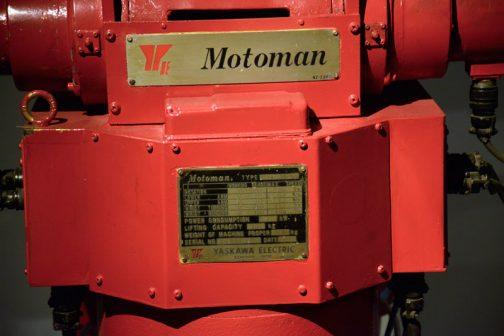 この安川電機の産業用ロボットは、「モーターで動くヒト」的な感じを暗喩しているのでしょうか、MOTOMANという名前みたいです。銘板の最後に1977.5と書いてあります。1977年製なのでしょう。