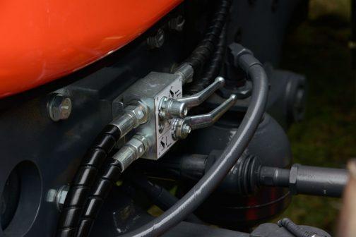 クボタM7-172 premium KVTです。 このような部品が気になります。フロントリンケージ部分油圧を供給しているのでしょうか。