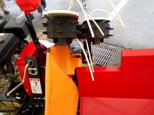 ワドー(和同産業)・ビーンハーベスター 搬送はこのイボイボの付いたゴムベルトが担当です。束が太くなる稲のコンバインなどに比べると、豆はせいぜい2〜3本の束でしょうからすごく幅が狭いです。ここがエスカレーターの頂上に当たるわけですけど、ガイドの針金に導かれて・・・
