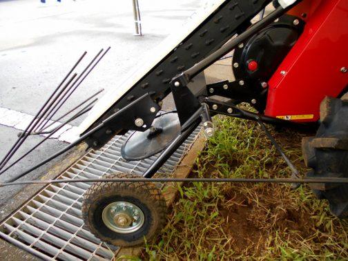 ワドー(和同産業)・ビーンハーベスター 先端の刈払機の刃で刈取り。バリカンじゃないんですね。考えてみたらこれもシンプルです。