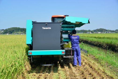 去年までのヤンマーの機械だと、紐で稲を縛っていた感じなのですが、今年のタカキタの機械はネットで巻くタイプだそうです。そのネットが破れてしまうので調整しているのだそうです。
