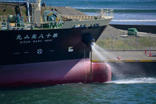 船の錨の鎖部分から激しく水が吹き出す不思議。