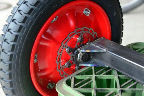 タイヤをはめてみます。ディスクの取付けボルトと近いけど、ま、いいか・・・ 頭の低いボルト、欲しかったのですが、このサイズはありませんでした。