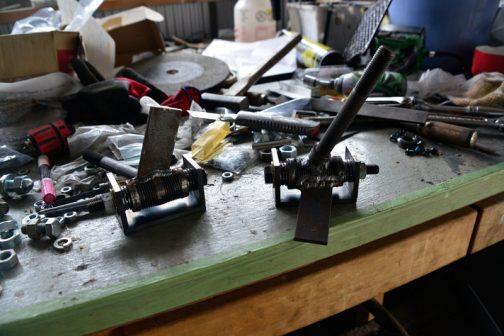 前輪の肝、ナックルを作っています。長いボルトにタイヤがはまります。