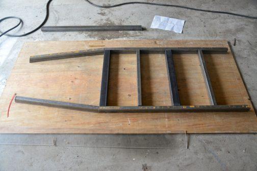 ベニヤ板に車軸の時と同じように原寸を描き、刻んだ材料を型通りに並べていきます。