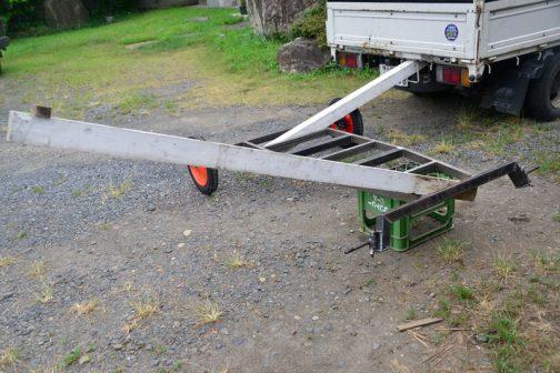 仕方がないので人力で前軸と後軸を平行にします。1人でやるしかないので、パートナーの重しにトラックを指名して、長い角材をテコに使ってやってみます。