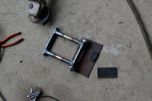 ただのパイプのペダルで2本のワイヤーを引こうというブレーキです。