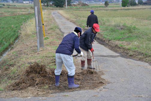 一班は道端のゴミやワラを運びやすいように道の端にまとめ