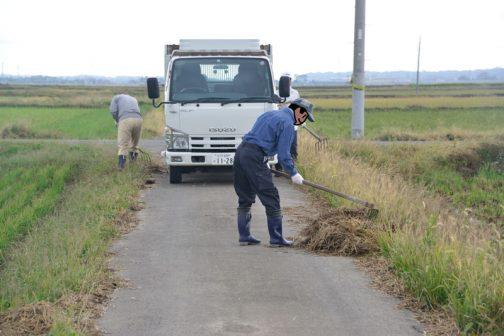 もう一班は先日通学路上の仮に移動したワラを、仮置場に運ぶ作業をすることになりました。