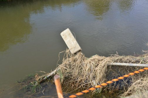 フェンスに掛かった水圧で基礎ごと引っこ抜かれています。