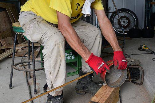 帯鉄をそこらへんに放り投げてあった鍋で丸く曲げます。