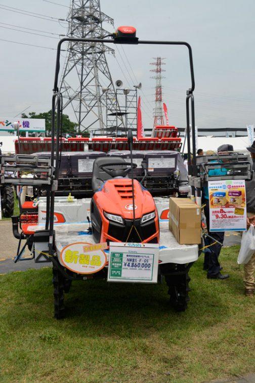 こちらは施肥機つきのクボタ田植機ナビウェルNW8S-F-GS ¥4,860,000(消費税8%)